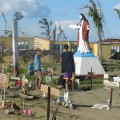 教会の前に無数に作られた手作りの墓地。中には一家全員の名前が記された墓標もある