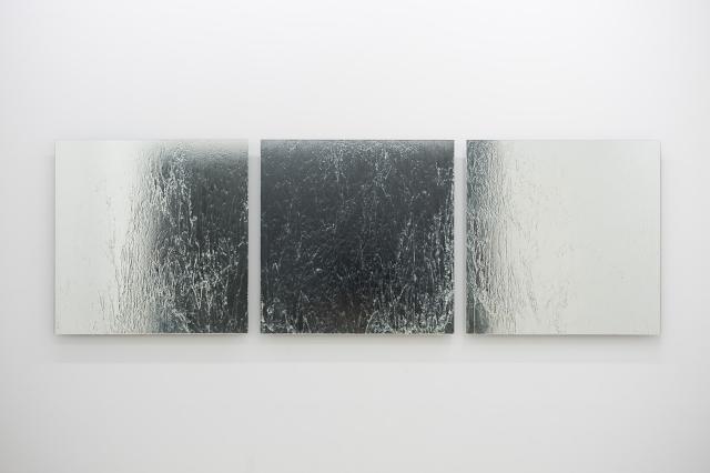 《不詳》 2011年、鏡に透明樹脂で描画、各900 x 900mm 写真:加藤健 提供:武蔵野美術大学 ギャラリーαM「成層圏」より
