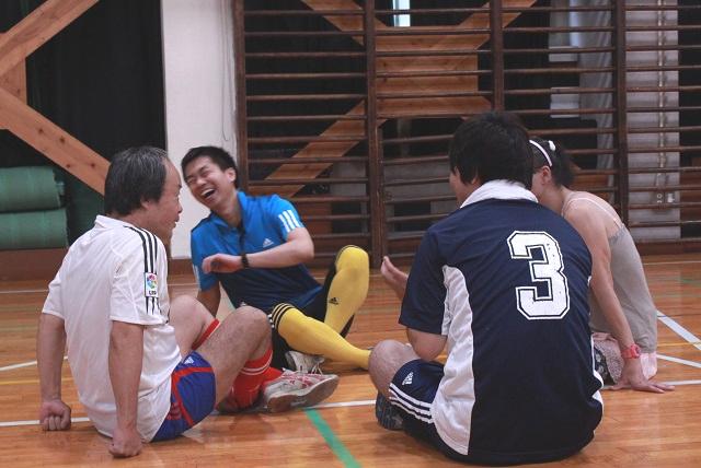 写真:練習の前と後には選手とのミーティングを行う