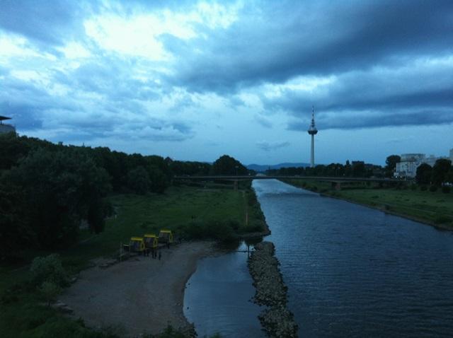 ネッカー川から見たラストシーン。左に見える3つの建物が『HOTEL shabbyshabby』のひとつ。