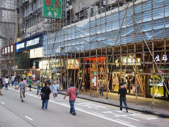 2014年10月4日、旺角の「占拠区」、沿道は中国観光客向けの宝飾店が建ち並 ぶ(撮影:倉田明子)
