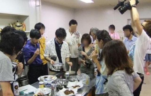 【写真1】セミ調理の様子