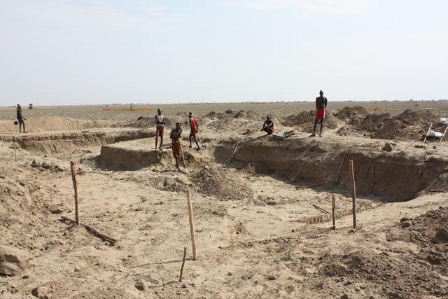 外国企業の農場で働く地域住民。農場を建設するための地ならしを、シャベル1本でおこなう。ぎらぎらの太陽の下でのきつい作業だ。