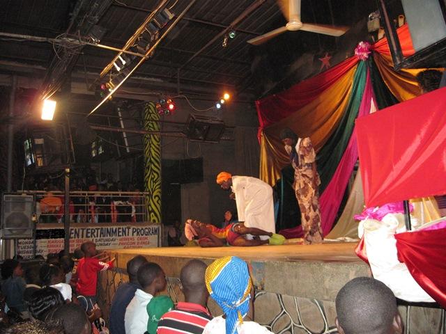 クリスマスにおこなわれたカリオキの様子。ステージ上ではコメディがおこなわれている。(2009年12月25日筆者撮影)