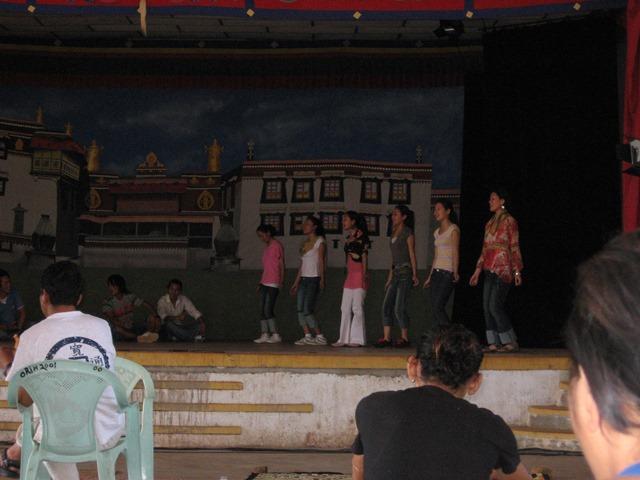 公演に向けてリハーサルする若年演者たち