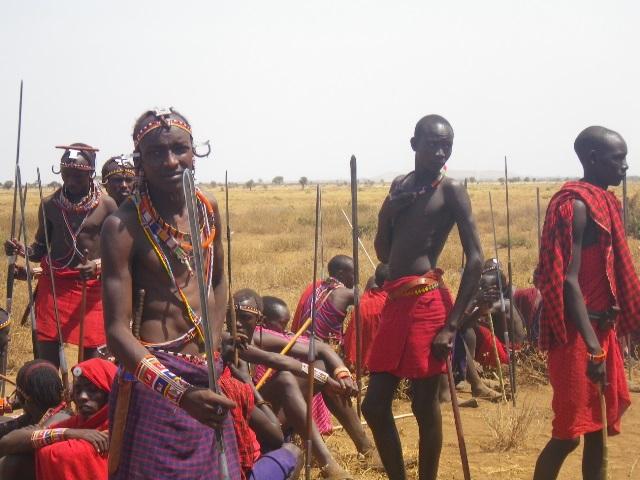 地域の集会に集まった戦士たち。現在のケニアでは狩猟が法律で禁止されているが、多くの戦士はこのように槍を持っている。
