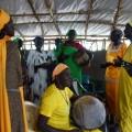 伝統的な予言者を祀った教会で女性たちが歌う予言の歌。予言の歌の中には、紛争に巻き込まれる彼らの運命や、いつか彼らの国にもたらされる平和が歌われている(2013年1月筆者撮影)