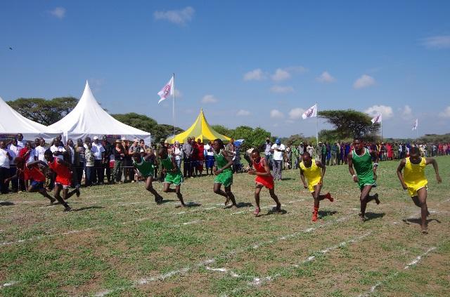 800メートル走で、チームごとに色分けされたユニフォームを着て走り出す選手たち。