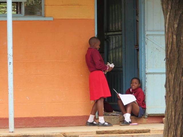 教室の入り口で座って勉強する女子生徒(南マタベレランド州にて、2015年4月筆者撮影)
