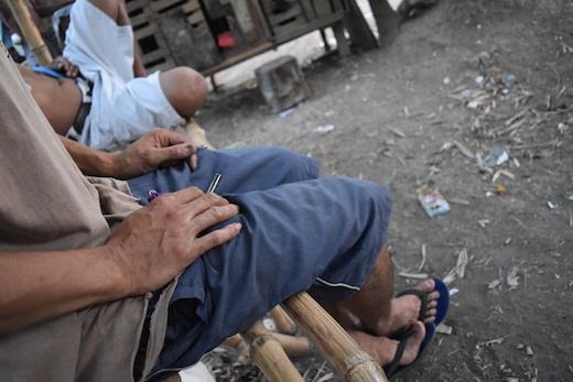 写真3.大麻のパイプを手にドゥテルテについて語るボボイ