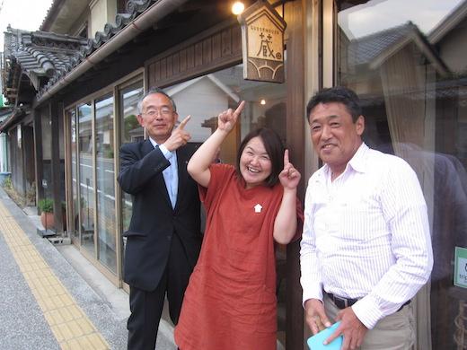 写真1)築100年超えの蔵を改築した「ゲストハウス蔵」の外観。左から三木市長、山上氏、筆者