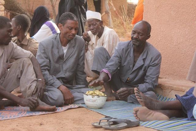 ニジェールのハウサの農村では、子どもの命名式でコーラナッツが参列者に配られる (写真提供:大山修一)
