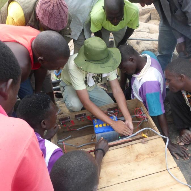 充電の方法について学ぶ村人。中央は共同研究者・岡村鉄兵氏(名古屋大学)