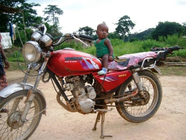 バイクは、住民の足として重要。未舗装路の長距離移動には欠かせない。