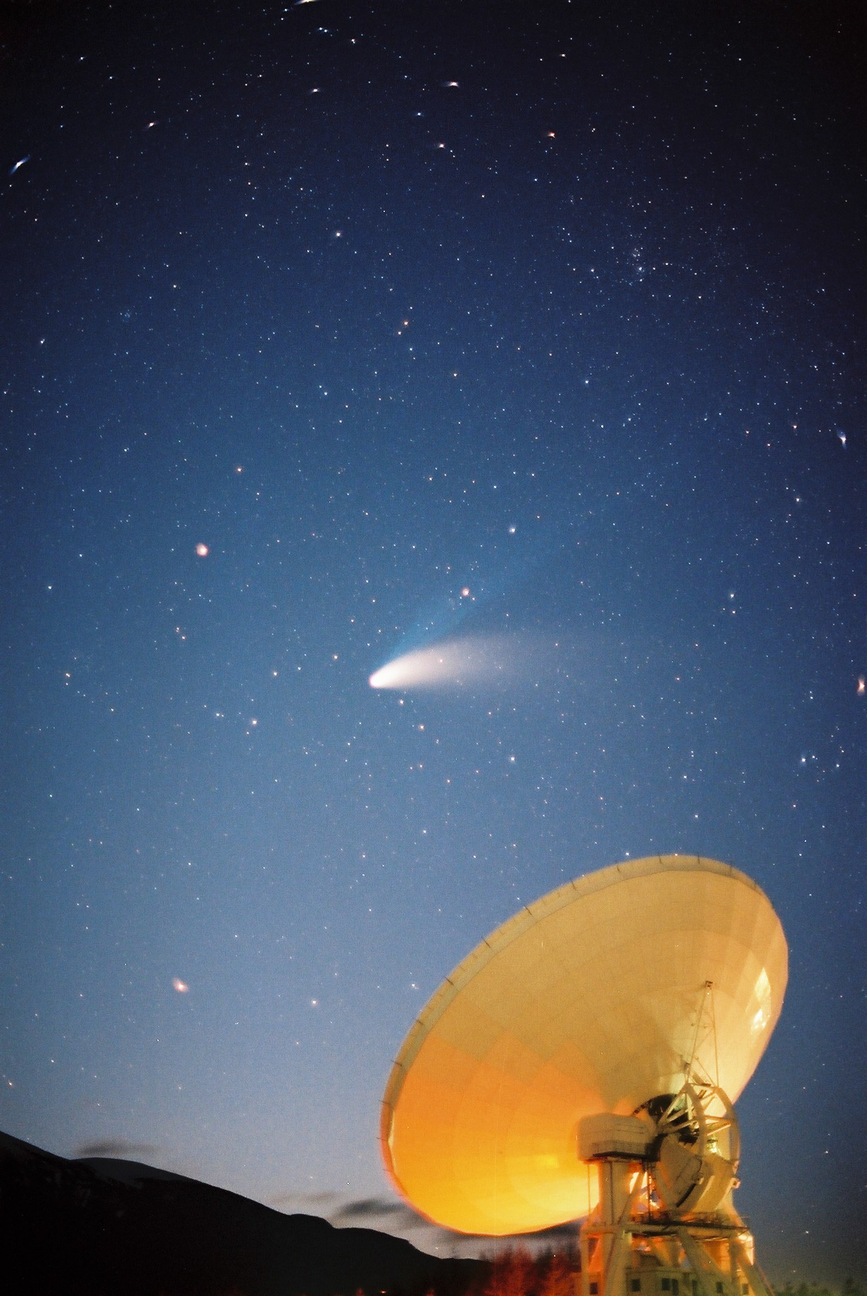 ヘール・ボップ彗星を追う45m電波望遠鏡 写真提供:国立天文台