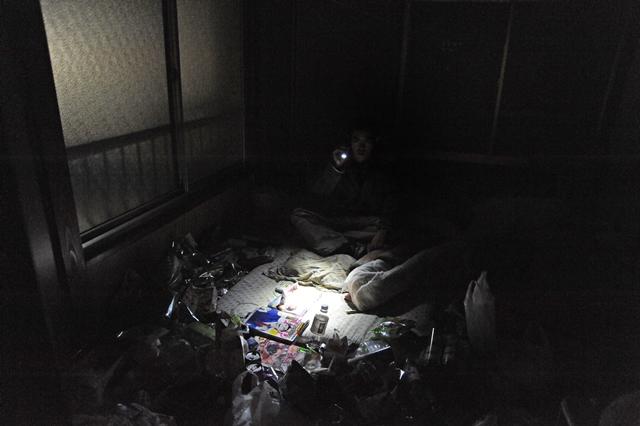 アパート入居後も、生活苦のため電気を止められてしまった後藤さんの部屋
