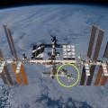 図1: 国際宇宙ステーション(International Space Station: ISS) 左舷の一番大きなモジュール複合体(黄色の輪の中)が日本実験棟「きぼう」 (NASA提供)