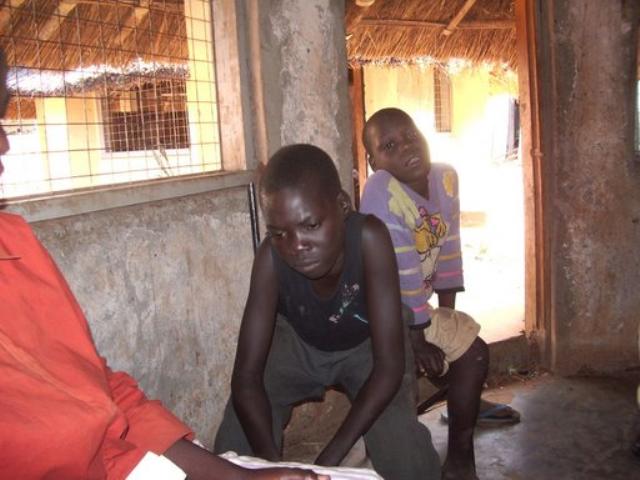 ウガンダのNGOが運営する元・子ども兵士リハビリ施設の少年。うつろな表情をしている。2005年撮影。(写真提供 アフリカ平和再建委員会)