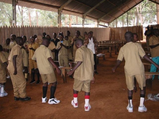 ルワンダの政府機関RDRCが運営する元・子ども兵士のリハビリ施設。歌や踊りをリハビリに取り入れている様子。2006年撮影。(撮影 小峯茂嗣)