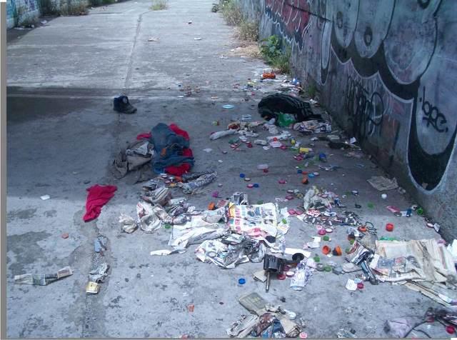 ストリートチルドレンがいる場所のひとつ。メトロの操車場付近にある歩道橋下の通路の様子。