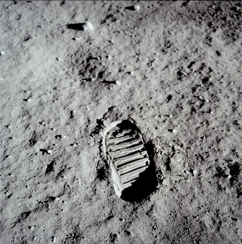 「AldrinFootprint.jpg」http://upload.wikimedia.org/wikipedia/commons/thumb/5/55/AldrinFootprint.jpg/594px-AldrinFootprint.jpg