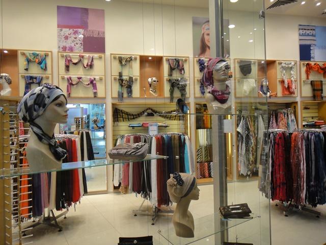ヴェールはファッションの一部となっている(2013年1月、エジプトのショッピングモールにて筆者撮影)