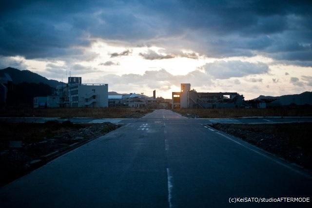 変わり果てた陸前高田市の市街地跡で。写真を撮るという行為は、僕にとって目の前の信じがたい現実と向き合うための手段でもあった。(写真:佐藤慧)