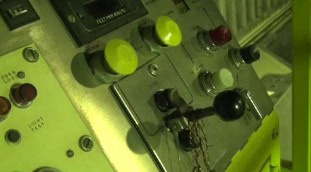 針金で固定された 炉心のクレーン操作盤 シノドス