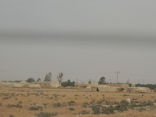 ヨルダン北部、シリアとの国境まで約10キロ。UNHCRのロゴの入ったテントが立ち並ぶ。(2014年5月筆者撮影) (写真1)