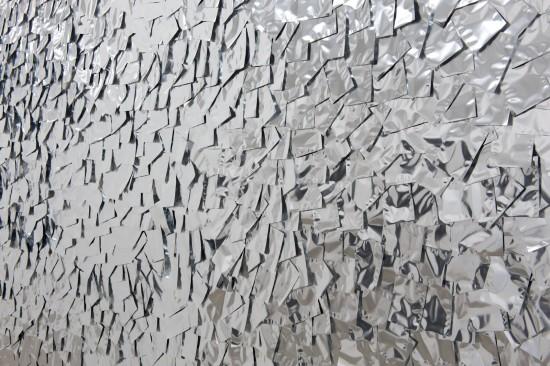 《不詳》 2011年、壁に2000食分のレトルト食品用アルミパックで描画、可変 写真:加藤健 提供:武蔵野美術大学 ギャラリーαM「成層圏」より