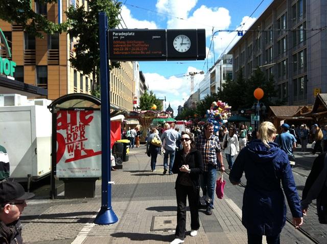 マンハイムの目抜き通り。トラムの車内や停留所などにもフェスティバルのポスターが貼られていた。
