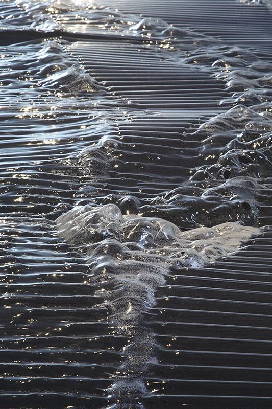 椛田ちひろ・有理の合作作品《現に奇しく》 2012年、樹脂、可変 写真:木奥恵三 G-WING'S Gallery「現に奇しく」より