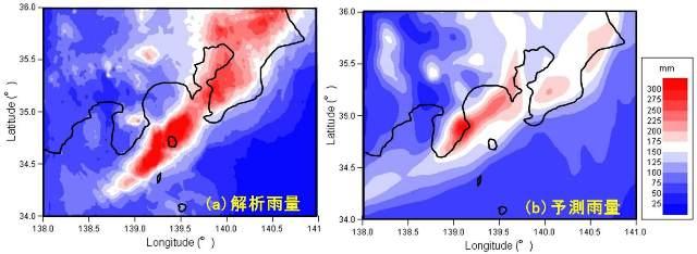 図2.2013年10月15日21時から16日9時までの総雨量の分布。(a)は実際の雨量(解析雨量)、(b)は気象庁メソスケールモデルによる予測値(初期値は10月15日18時)。