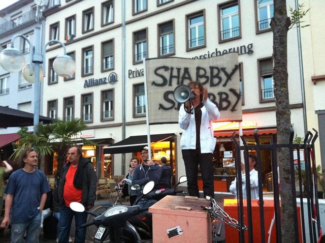 『HOTEL shabbyshabby』ツアーでの演説。オレンジのシャツを着ているのがリリエンタール氏。