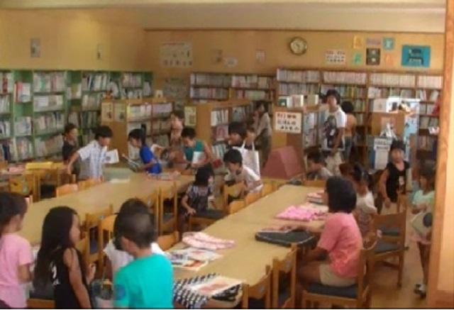 (写真2 休み時間の図書室:避難行動を開始したところ(小学校B))