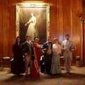 クラシックな衣装を身につけてカジノを訪れた参加者たち。写真=蓮沼昌宏