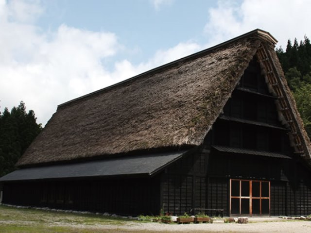 合掌造りの劇場、「新利賀山房」