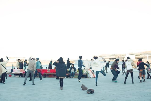 ゾウノハナ体操に突発的に参加した人たち。撮影:池田美都