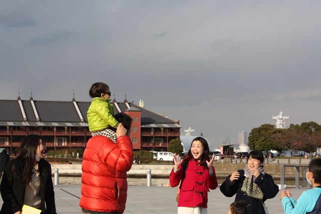 サングラスをかけると俳優たち(左から日坂春奈、名児耶ゆり)が「キャ〜! かっこいい〜!」と叫んで通りすぎていくスイッチ演劇。