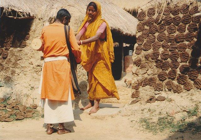 村で門づけ・托鉢をするハウル