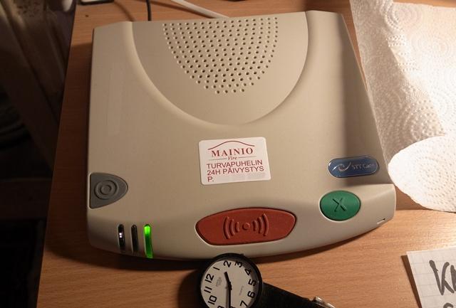 安心電話のスピーカーフォン。転倒などによって電話口まで行けない場合でも、担当者と話すことができる。