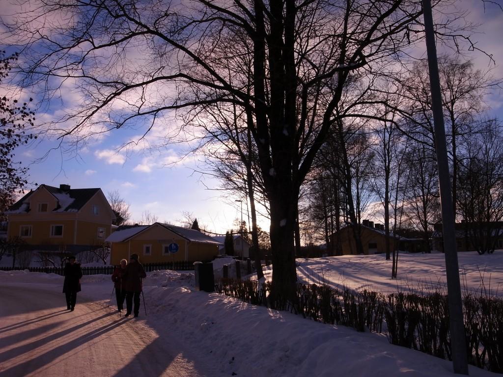 雪の道を歩く高齢者たち