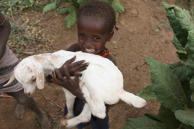 牧畜民の生活は家畜とともにある。子どものころから家畜の世話をして、親密な関係を築いていく。