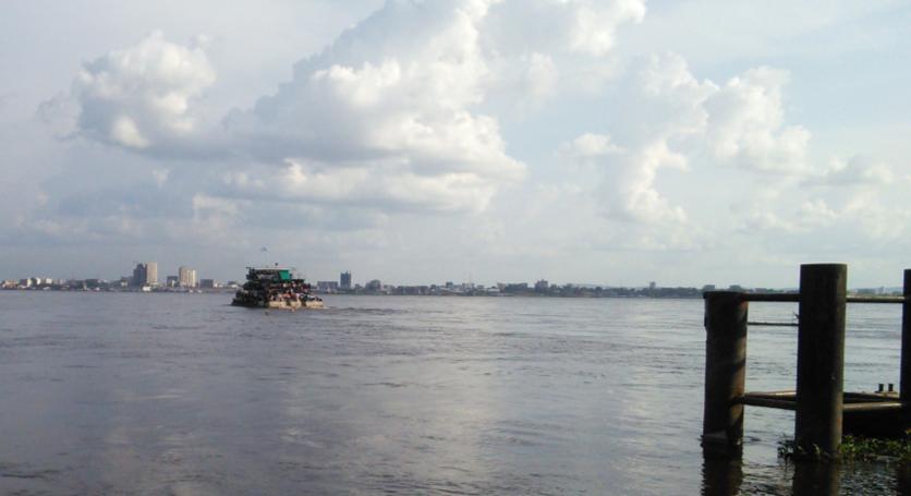ブラザヴィル港からキンシャサへと向かうフェリー。対岸に見えるのは、キンシャサ市の街並み。(2013年11月19日、筆者撮影)