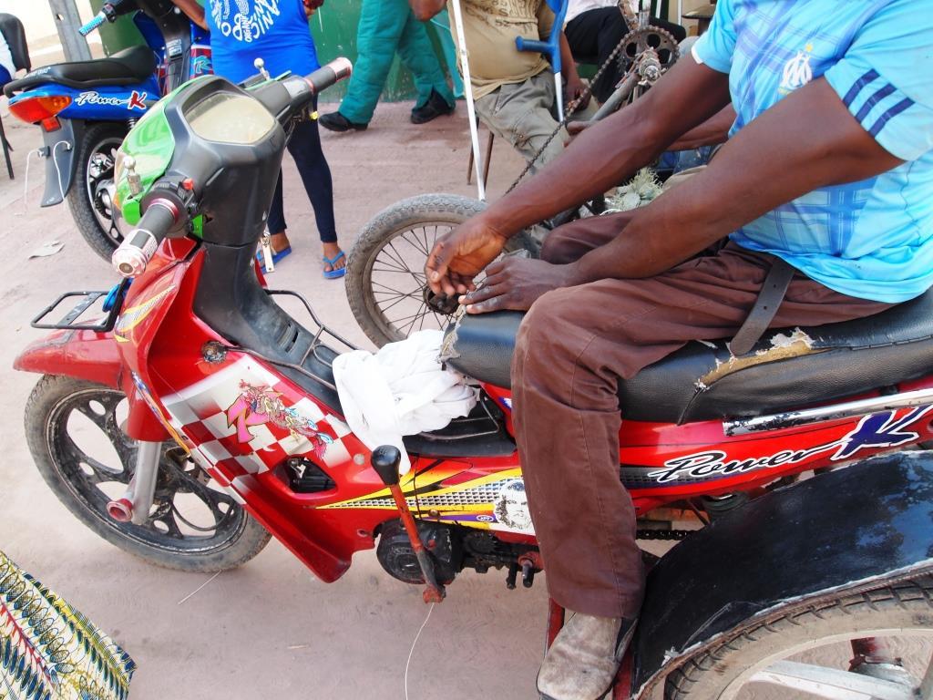 身体障害者用の改良三輪車。左手でギアチェンジをおこなう。(2013年11月21日、筆者撮影)
