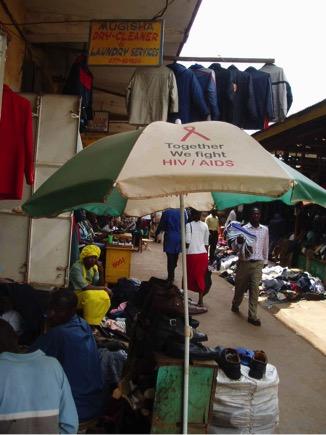 ウガンダの首都・カンパラ、草の根のエイズ・キャンペーン(この市場では、どこに行ってもエイズ・メッセージを目にする)