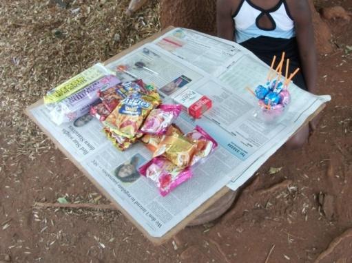 零細の露天商が売る商品の例(ビスケット、スナック菓子、アメ、たばこ)