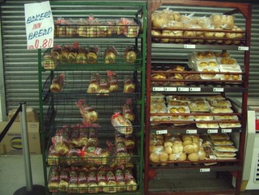 2009年3月、複数通貨制導入後に訪れた、ハラレ中心部のスーパーマーケット。パン1斤は80米セント。ただし、当時は外貨の硬貨が不足していたため、お釣りはアメ玉やマッチなどで返された。