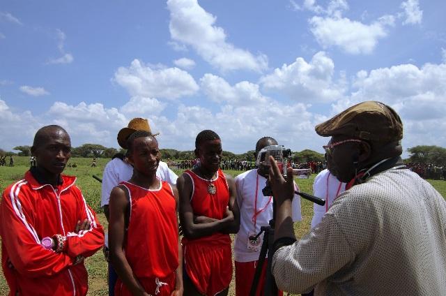 ケニア国内のテレビ局の取材を受ける戦士たち。こうした機会に戦士が語る内容は、基本的にマサイ・オリンピックを肯定する内容である。