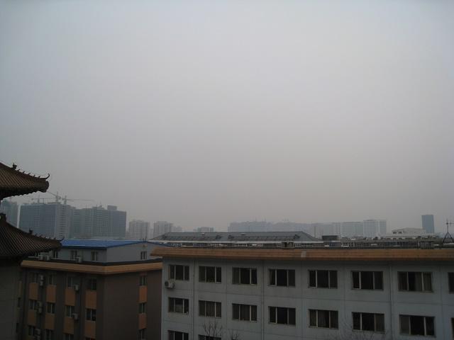 「霧靄」と称される深刻な大気汚染:河北省石家庄市内にて筆者撮影(2016年3月15日)